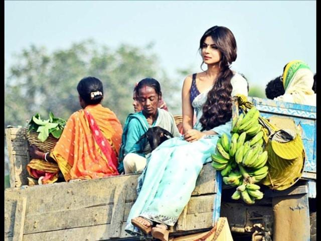 Priyanka-Chopra-on-a-truck-during-the-shooting-of-her-upcoming-movie-Gunday-Priyanka-Chopra-alongwith-Ranveer-Singh-and-Arjun-Kapoor-has-gone-complete-desi-for-the-movie-Take-a-trip-down-the-sets-of-Gunday-here