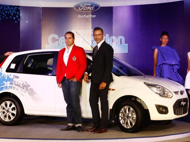 President-and-Managing-Director-Ford-India-Joginder-Singh-with--Designer-Shantanu-amp-Nikhil--unveils-Figo-s-Celebration-Edition-as-it-turns-three-this-March-during-a-formal-function-at-a-city-Hotel-in-New-Delhi-04-March-2013-Photo-HT-Vipin-Kumar