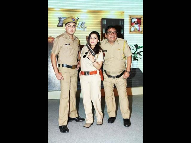 Sandeep-Anand-as-Billu-Jwalamukhi-Chautala-Chitrashi-Rawat-pose-and-Gopinath-Gandola-Gopi-Bhalla-with-SAB-TV-s-EVP-and-Business-Head-Mr-Anooj-Kapoor