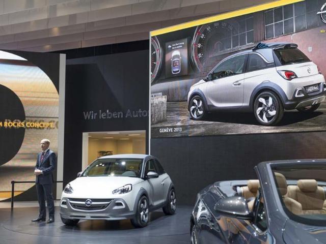 Opel-s-CEO-Karl-Thomas-Neumann-presents-the-Adam-Rocks-urban-crossover-concept-in-Geneva-Photo-AFP