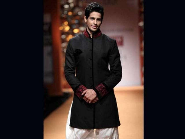 Actor-Siddharth-Malhotra-looks-stunning-in-a-black-bandhgala-during-Manish-Malhotra-s-show-at-WIFW-2013