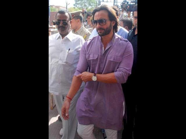 Bollywood-star-Saif-Ali-Khan-on-his-way-to-court-for-hearing-in-the-blackbuck-poaching-case-in-Jodhpur-UNI