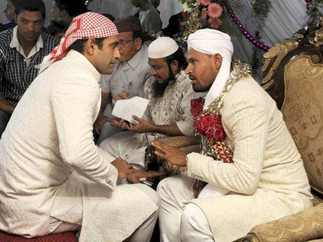 Yusuf-Pathan-talks-with-his-brother-Irfan-Pathan-during-his-wedding-in-Mumbai-PTI