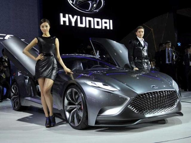 South Korean models pose with Hyundai Motor's concept car HND-9 during a press preview of the Seoul Motor Show in Goyang, north of Seoul. (AFP Photo)