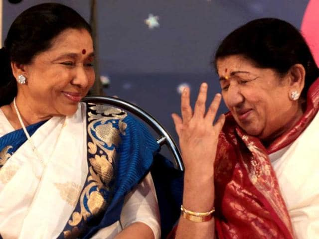 Singing-sisters-Lata-Mangeshkar-and-Asha-Bhonsle-HT-Photo
