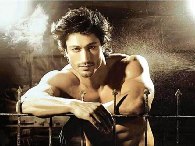 Vidyut lashes out at reporter over Mona's MMS