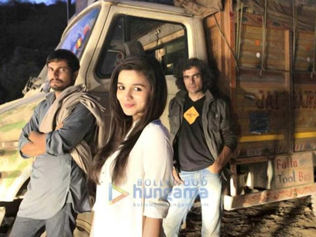 Alia-Bhatt-poses-with-Randeep-Hooda-and-Imtiaz-Ali-on-the-sets-of-Highway