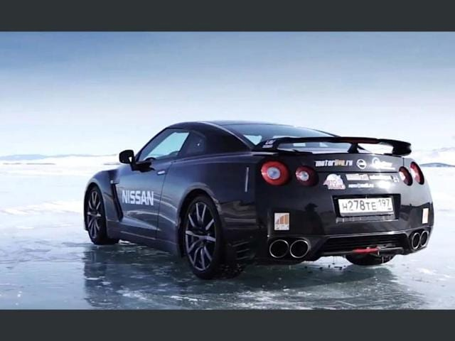Nissan-GT-R-breaks-the-speed-record-on-natural-ice-Photo-AFP