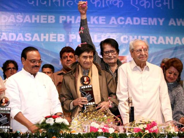 Pran-with-Maharashtra--PWD-minister--Chaggan-Bhujbal-and-Manoj-Kumar-at-the-ceremony-when-the-Dadasaheb-Phalke-Award-was-conferred-upon-late-Dev-Anand-in-2010-HT-Photo-Puneet-Chandhok