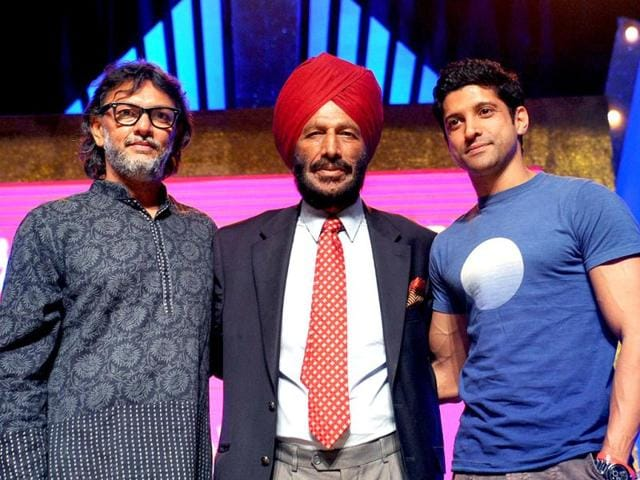 Indian-athlete-Milkha-Singh-C-Bollywood-actor-Farhan-Akhtar-R-and-director-Omprakash-Mehra-L-pose-for-a-photo-during-the-promotion-of-the-Hindi-film-Bhaag-Milkha-Bhaag--in-Mumbai-on-April-12-2013-AFP-Photo