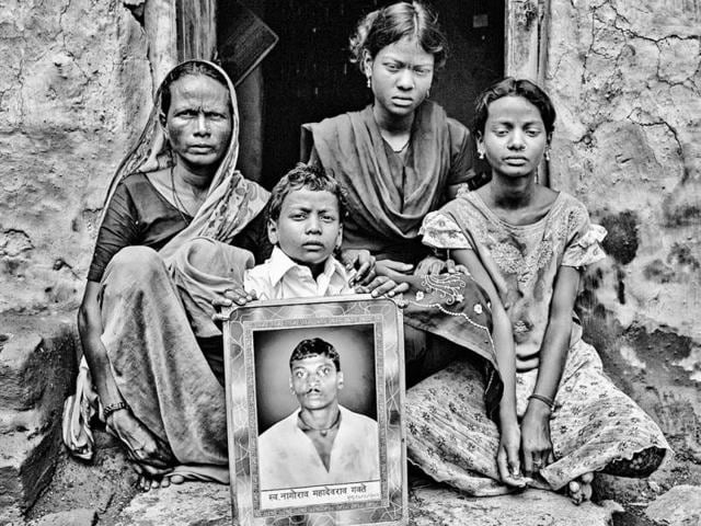Nagorad-Gawte-s-widow-Ukandabai-and-her-three-children-hold-up-his-picture-in-Dhotra-Wardha-district-of-Maharashtra-Photo-by-Fernando-Molina-Cort-s