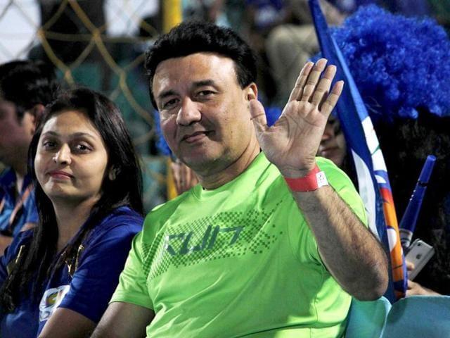 Anu-Malik-poses-with-his-wife