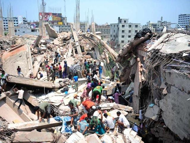 Bangladeshi-civiliant-volunteers-assist-in-rescue-operations-after-an-eight-storey-building-collapsed-in-Savar-in-the-outskirts-of-Dhaka-AFP-Photo
