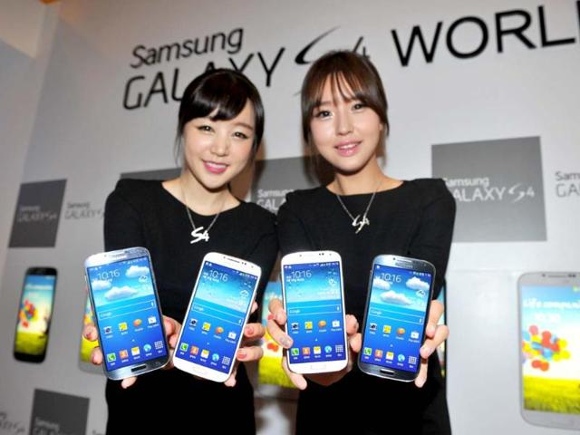 Samsung-Electronics-employees-display-the-new-Galaxy-S4-smartphones-during-an-event-at-their-head-office-in-Seoul-Photo-AFP-Kim-Jae-Hwan