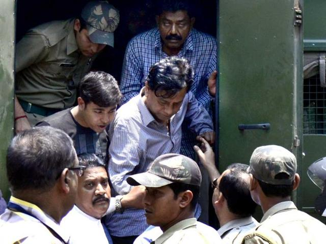 Police-escort-arrested-chairman-of--Saradha-group-Sudipta-Sen-R-top-from-a-police-van--to-the-court-in-Kolkata-AFP-photo