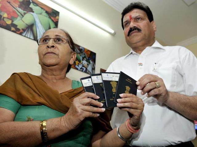 Sarabjit-s-sister-Dalbir-Kaur-handing-over-passports-of-her-family-to-Indian-SC-commission-vice-president-Dr-Raj-Kumar-Verka-in-Amritsar-HT-Munish-Byala