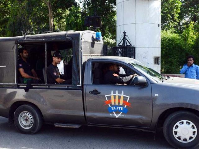 Pakistani-police-arrive-to-cordon-off-a-hospital-in-Lahore-following-the-death-of-Indian-death-row-prisoner-Sarabjit-Singh-AFP