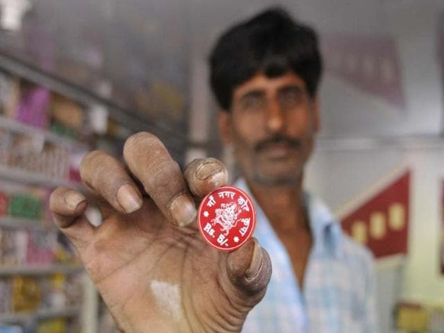 A-pan-shop-owner-shows-a-plastic-token-used-instead-of-5-rupee-coin-at-5-number-stop-market-in-Bhopal-HT-Photo-Gagan-Nayar