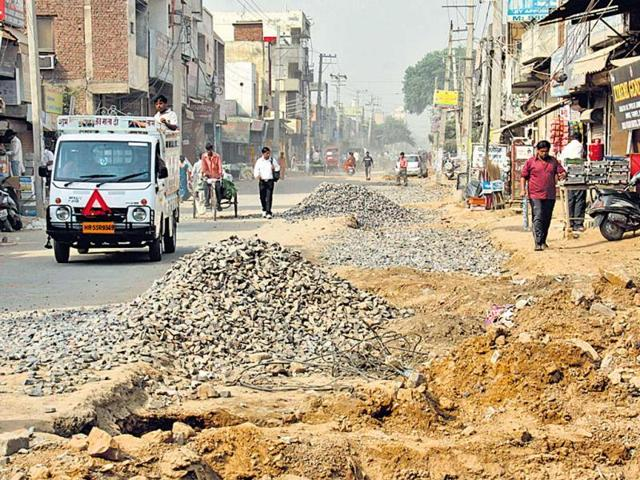 Commuters-and-pedestrians-face-a-lot-of-problems-due-to-the-dug-up-road-Manoj-Kumar-HT-Photo