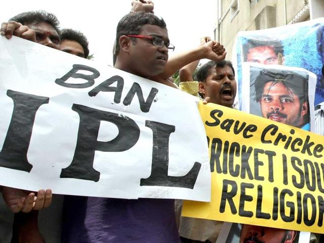 Protestors shout slogans against the three cricketers who are allegedly involved in spot-fixing in Bangalore. PTI photo