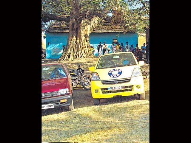 A-rural-dealership-of-Maruti-attracting-buyers