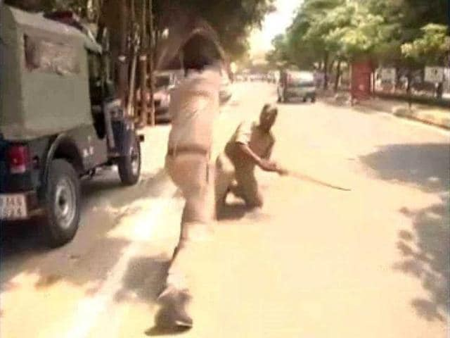 Head-constable-Mukund-Chandra-Yadav-and-constable-Sunil-Dixit-of-10th-battalion-of-the-Provincial-Armed-Constabulary-PAC-Barabanki-clash-at-the-Indira-Gandhi-Pratishthan-in-Lucknow-TV-grab