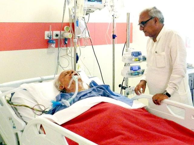 Haryana chief minister Bhupinder Singh Hooda inquires about the health of senior Congress leader VC Shukla in Medanta hospital in Gurgaon. HT Photo
