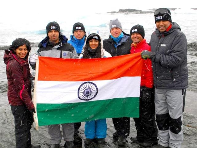 The-entire-team-on-their-last-expedition-to-Antarctica