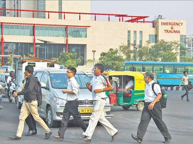 Hundreds-of-pedestrians-risk-their-lives-daily-while-crossing-busy-roads-such-as-the-one-near-Huda-City-CentreMetro-Station-in-Gurgaon-Manoj-Kumar-HT