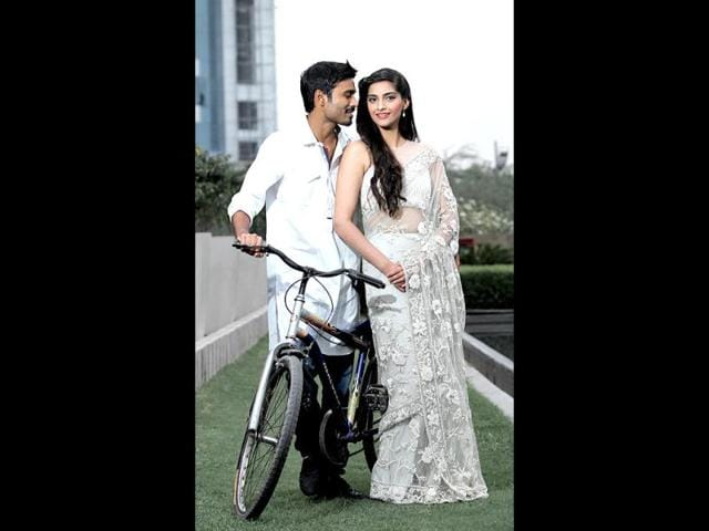 Sonam-and-Dhanush-pose-for-the-lenses