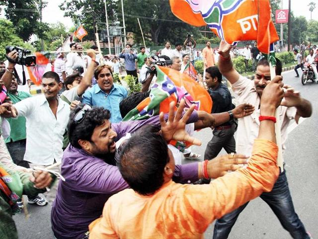 Activists-of-BJP-taking-out-a-torch-rally-at-Kargil-Chowk-in-Patna-ahead-of-Bihar-bandh-on-June-18-against-Nitish-Kumar-s-government-UNI-Photo