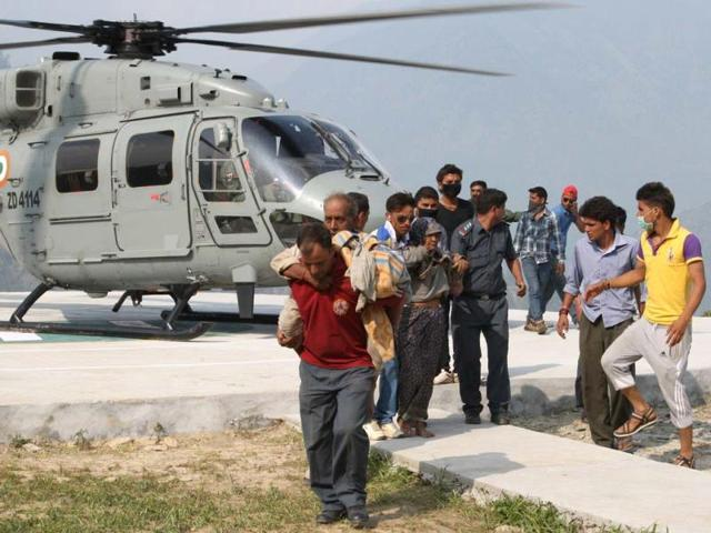 Military-personnel-carry-relief-supplies-from-an-Indian-Air-Force-Mi-26-heavy-lift-helicopter-in-Ghauri-Kund-Uttarakhand-AFP-Ministry-of-Defence-Gurudutt-Mehra