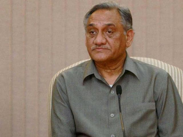Uttarkhand-Chief-Minister-Vijay-Bahuguna-with-Prime-Minister-Manmohan-Singh-speaks-to-media-after-making-an-aerial-survey-of-flood-hit-areas-in-Uttarakhand-PTI