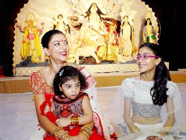 Sushmita Sen relaxes with her daughters unperturbed by cameras during Durga Puja