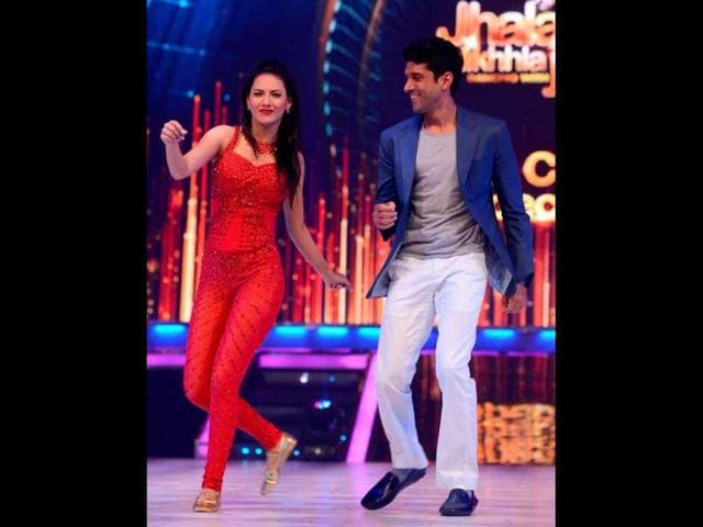 Farhan-Akhtar-dances-with-wild-card-contestant-Rochelle-Maria-Rao-in-Jhalak-Dikhlaa-Jaa-Akhtar-visited-sets-of-the-TV-show-for-promotions-of-his-upcoming-film-Bhagaa-Milkha-Bhaag