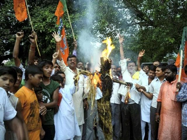 BJP activists burn an effigy of Bihar chief minister Nitish Kumar at Bodh Gaya against serial blasts on July 7, 2013. (PTI Photo)