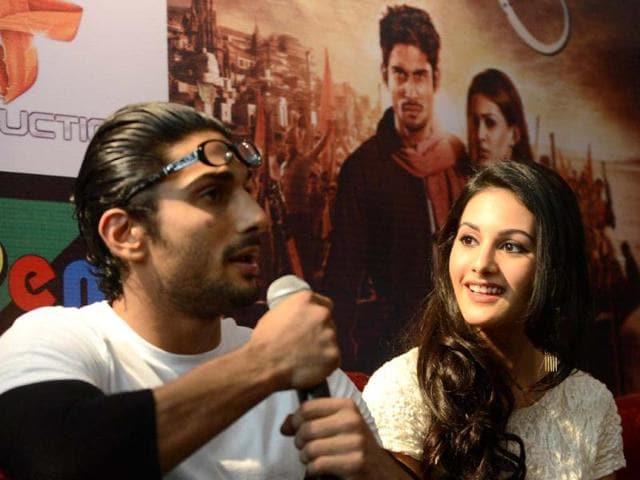 Prateik Babbar,Amyra Dastur,lead couple