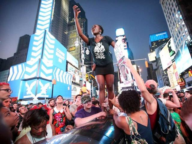 Trayvon Martin supporters rally in Times Square, blocking traffic after marching from a rally for Martin in Union Square in Manhattan. (AFP Photo)