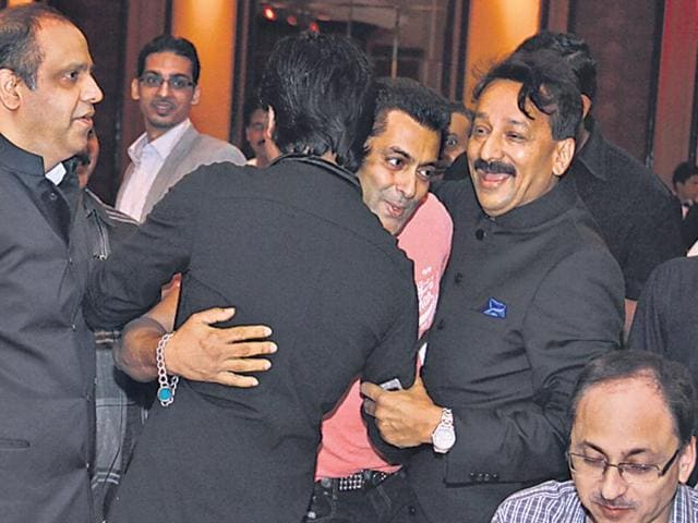 Locked-in-a-feud-for-years-actors-Salman-Khan-and-Shah-Rukh-Khan-hugged--each-other-warmly-at-an-Iftaar-party-hosted-by-city-MLA-Baba-Siddique-centre-at-the-Taj-Lands-End-in-Bandra-on-Sunday-Photo-credit-Vidya-Subramanian