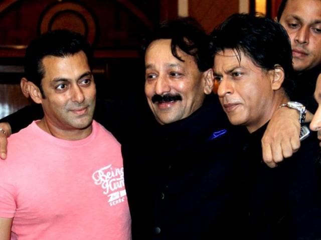 Everyone-clapped-as-two-of-the-greatest-stars-of-Bollywood-hugged-each-other-at-an-iftar-party-late-on-late-July-21-2013-Hosted-by-politician-Baba-Siddiqui-the-party-also-saw-several-other-B-town-stars-apart-from-Salman-and-Shah-Rukh-Khan-Browse-through