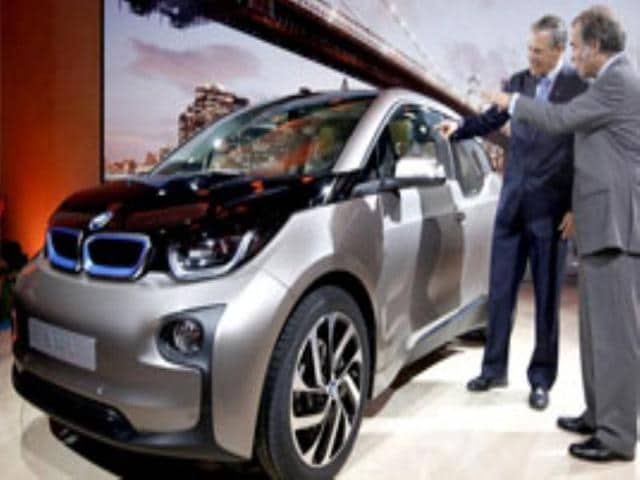 Ludwig Willisch (R), president and chief executive officer of BMW North America, and Jay Inslee, governor of Washington State, inspect the new BMW i3 all-electric car in New York. Reuters photo