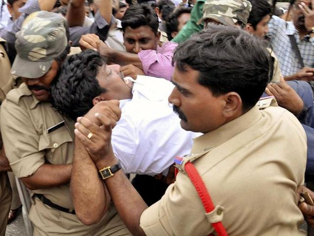 Security-men-try-to-disperse-people-protesting-after-UPA-endorsed-the-creation-of-Telangana-AP-photo