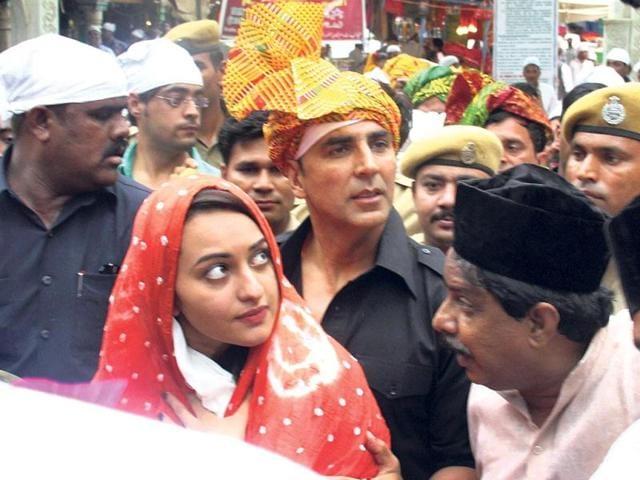 Akshay Kumar, Sonakshi Sinha visit Ajmer Sharif