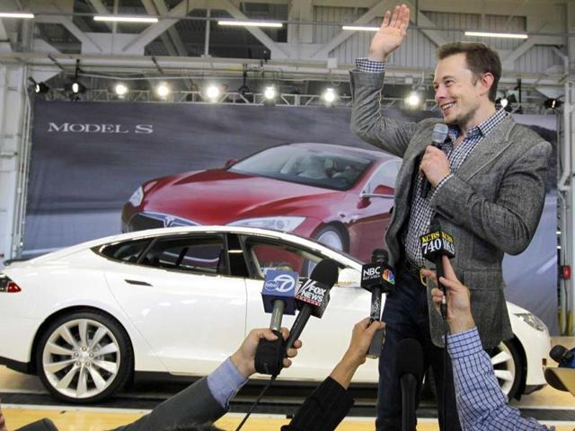 Tesla-CEO-Elon-Musk-waves-during-a-rally-at-the-Tesla-factory-in-Fremont-California-Musk-has-unveiled-a-concept-for-a-transport-system-he-says-would-make-a-nearly-643-km-trip-in-half-the-time-it-takes-an-airplane-AP-Photo-Paul-Sakuma