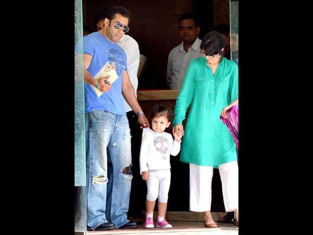 Trimurti-Salman-Khan-with-sister-Alvira-Agnihotri-and-a-cute-kid-HT-Photo-Yogen-Shah