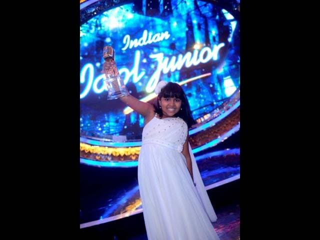 Anjana-Padmanabhan-the-first-winner-of-Indian-Idol-Junior-with-her-trophy