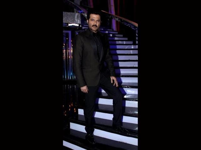 Anil-Kapoor-with-Mandira-Bedi-on-the-sets-of-TV-series-24