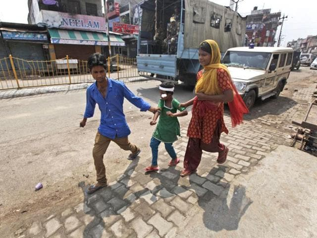People help a young child after she was injured during communal clashes as they leave a hospital after getting first aid in Muzaffarnagar, about 125 kilometers (78 miles) north of New Delhi. (AP Photo)