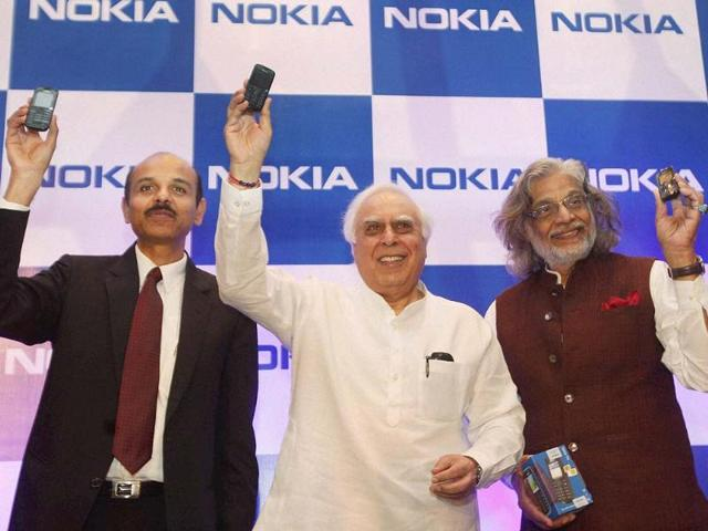 Communications-and-Information-Technology-Minister-Kapil-Sibal-with-noted-filmmaker-amp-poet-Muzaffar-Ali-and-Managing-Director-Nokia-India-P-Balaji-at-the-launch-of-Nokia-114-the-first-mobile-device-with-Urdu-language-support-at-a-function-in-New-Delhi-Photo-PTI-Kamal-Sing