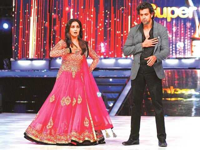 Gorgeous-Madhuri-Dixit-makes-her-entry-at-Jhalak-Dikhhla-Jaa